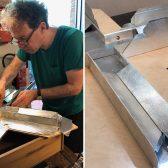 Vorsichtig wird das dünne Silberblech um den Aluminiumkörper gelegt.