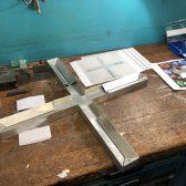 Eine Unterkonstruktion aus Aluminium dient als Kern des Kreuzes.