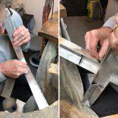 Die Silberwinkel werden in die Aluminiumkonstruktion montiert und mit einem Strukturschliff versehen.